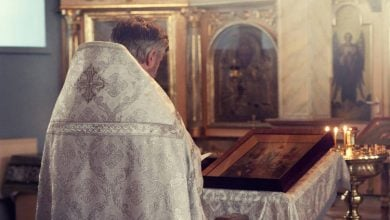 Photo of Γιατί πρέπει να φιλάμε το χέρι του ιερέα;